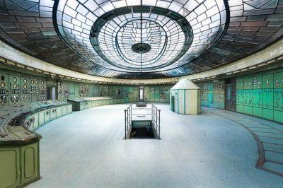 """""""Control"""" por Roman Robroek en Hungría. """"Esta preciosa sala de control es única en su estilo y fue construida con un estilo art-decó""""."""