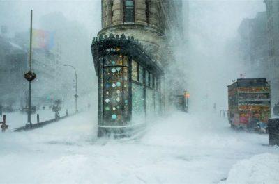"""""""Edificio Flatiron en una nevada"""" (Flatiron Building in the Snowstorm) por Michele Palazzo, en Nueva York. El icónico edificio neoyorquino Flatiron emerge de la ventisca, como la proa de un buque gigante que se abre camino a través del viento y la nieve"""