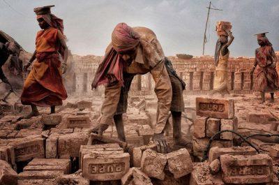 """""""Vida puta"""" (Purelife) por Shibasish Saha en Oeste de Bengal, India. """"En esta imagen, hombres al igual que las mujeres trabajan duro para alimentar a sus respectivas familias. Las mujeres olvidan su dolor junto a los hombres en un campo de ladrillos""""."""