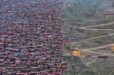 """""""La Colmena"""" (The Hive) por Marco Grassi en Larung Gar, Tibet. """"Desde junio de 2016, todo ha cambiado en Larung Gar, pero casi nadie sabe sobre qué. Lo que antes era el asentamiento budista más grande del mundo y un sitio remoto fuera de la sociedad moderna donde monjas y monjes llevaban una vida pasiva, ahora está siendo derribado por autoridades chinas""""."""