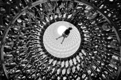 """Elevación """"Elevation"""" por Naf Selmani en Londres, RU. """"La colmena es la nueva escultura, inspirada en las abejas del jardín botánico de Londres. Vista desde abajo con un visitante tumbado posando para la fotografía. Una experiencia sensorial que integra arte, ciencia y paisajismo""""."""