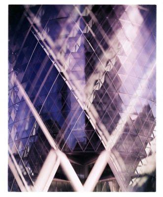 """El Gherkin, por James Tarry en Londres. """"Esta foto forma parte de una serie que trata de jugar con las imperfecciones y las técnicas incorrectas en la fotografía arquitectónica. El modelo de cámara Kodak Ektachrome, que dejó de producirse, se utilizó con los químicos incorrectos para producir estos grandes bloques de color que parecen de otro mundo. Son colores defectuosos y desafiantes, al igual que algunos de los propios edificios"""""""