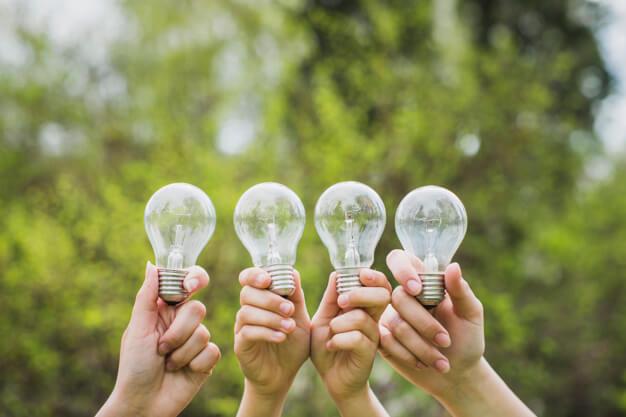 Concepto-eco-con-manos-sujetando-bombillas_23-2147807281