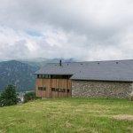 Una casa bioclimática en los Pirineos que produce su propia energía gracias a una cubierta solar de pizarra