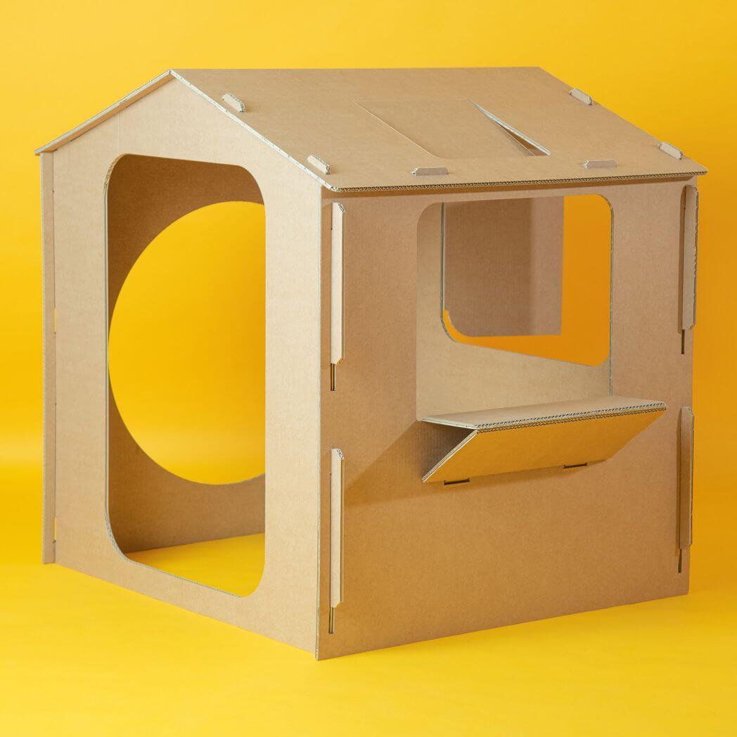 Cabana-de-carton-con-ventanas-y-puertas