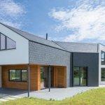Una casa bioclimática y Passivhaus en Asturias con una envolvente de pizarra natural